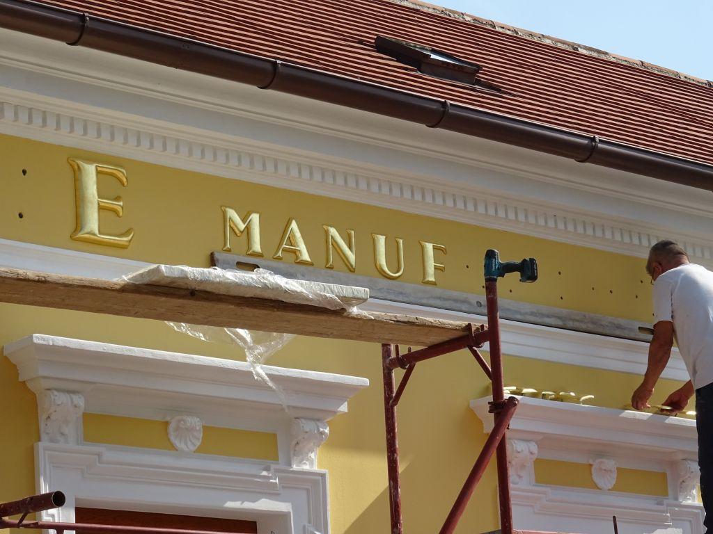Vergoldung der Buchstaben an der Fassade