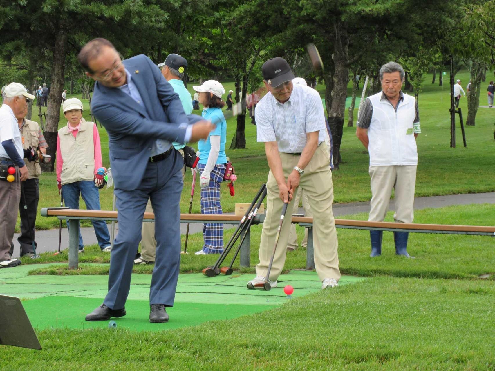 松野市長の始球式