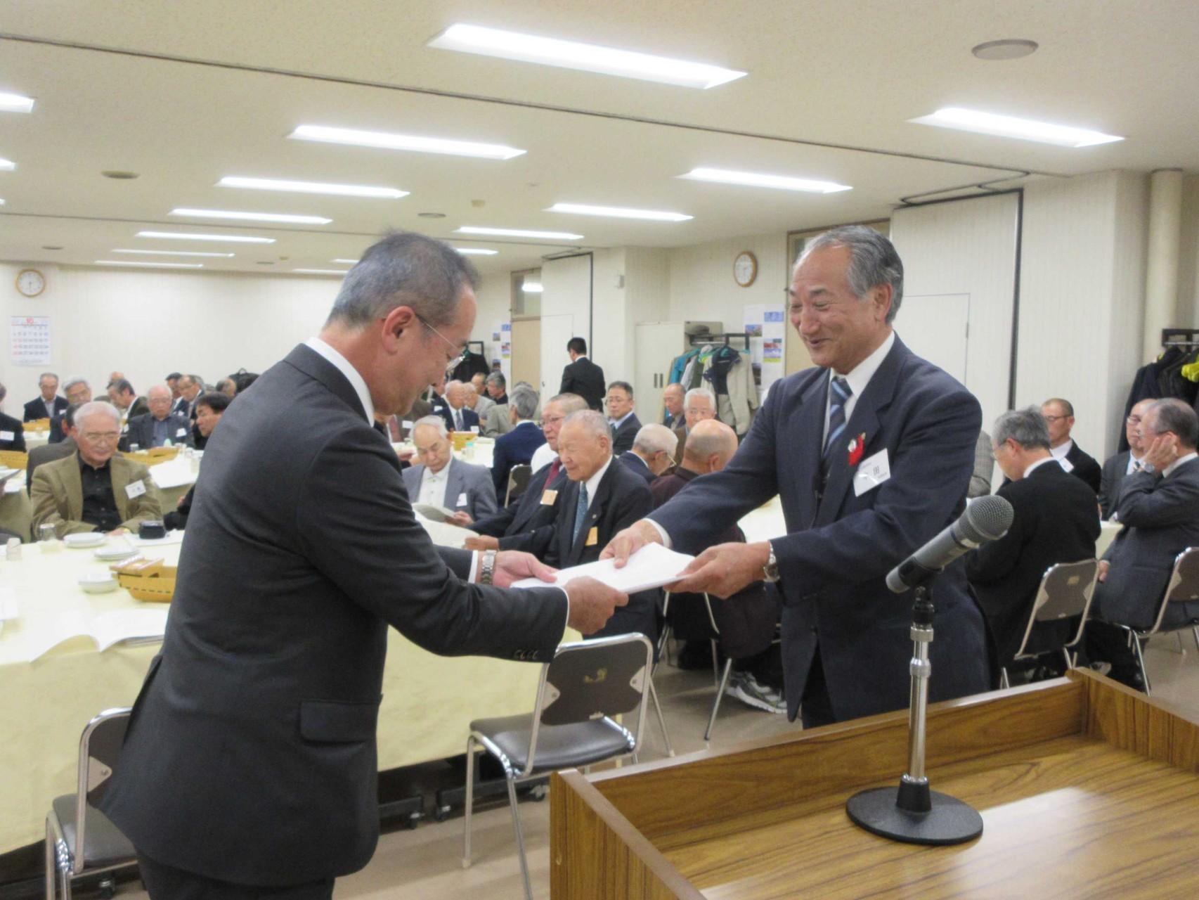 松野市長へ要望書を手渡しする中田会長