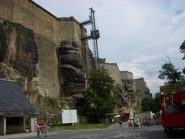 Man gelangt mit dem Fahrstuhl in die Festung.