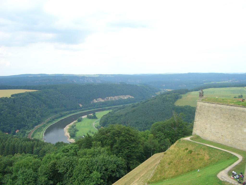 Weit unten die Elbe.
