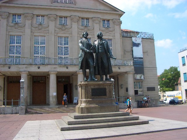 Goethe und Schiller vor dem Nationaltheater