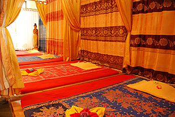 Bequeme Liegefläche am Boden für die traditionelle Thai Massage bei Tabandu in Mainz