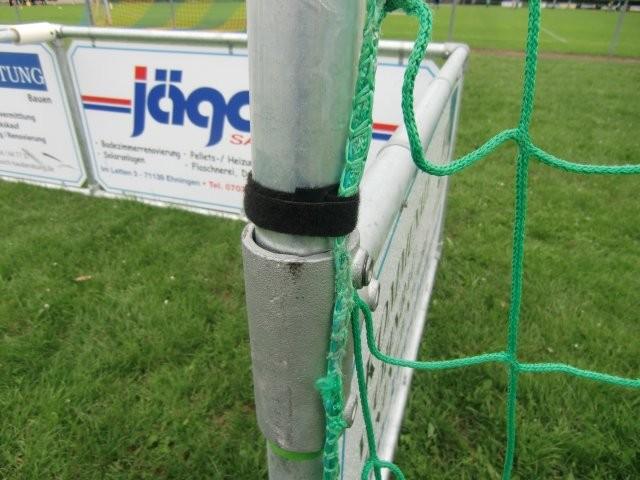 Klettkabelverbinder 1 mal um die Torpfosten schlingen