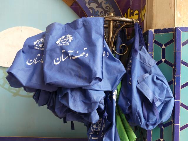Taschen für die Schuhe am Moscheeneingang