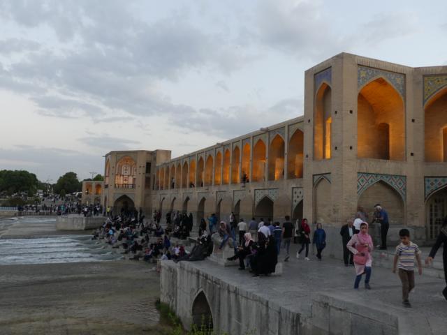 ISFAHAN - Wahrzeichen und Treffpunkt: die Brücke Pol-e Chādschu