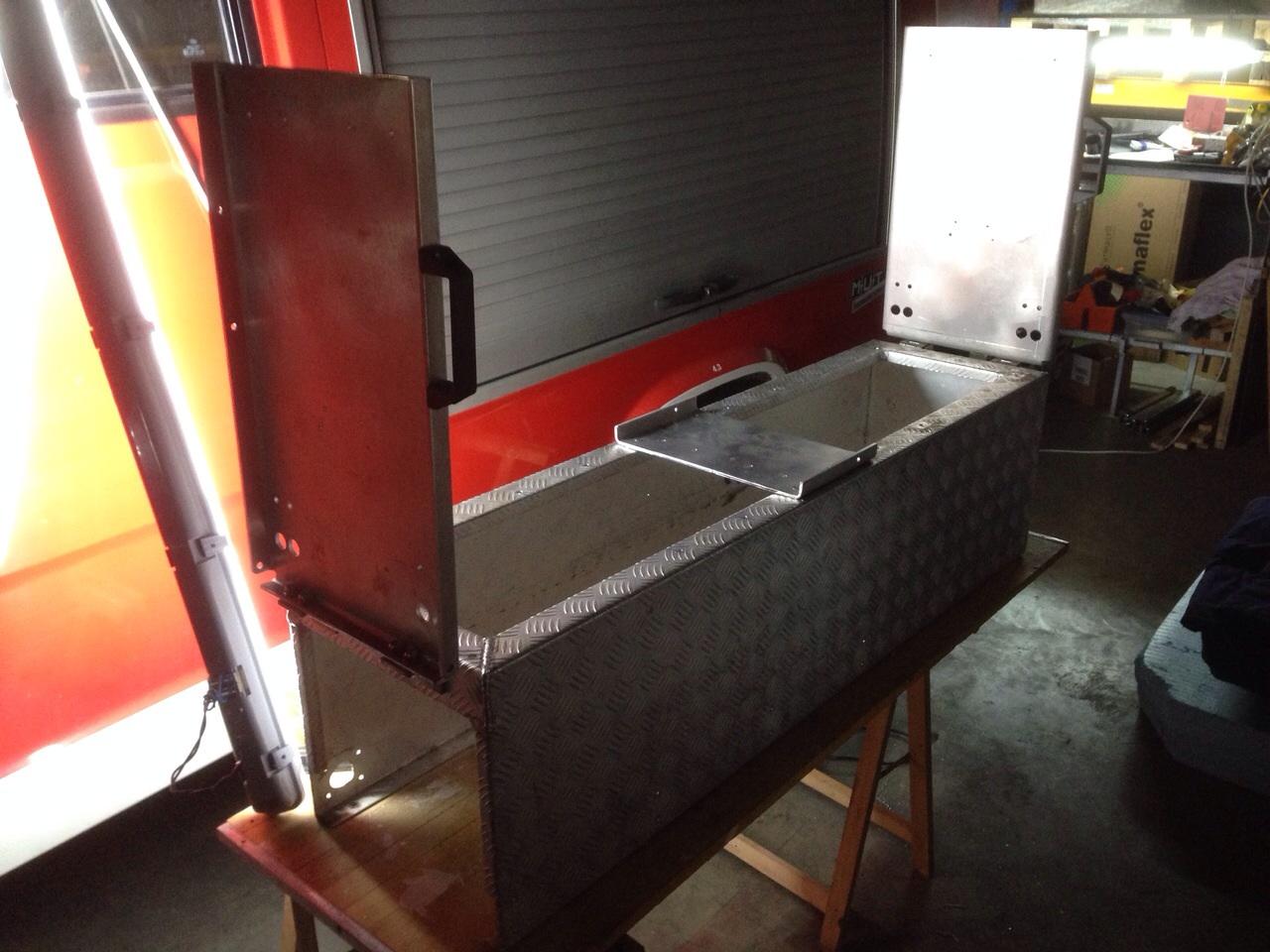 Aufklappbare Sitzbank aus den Platten der Atemschutzhalterungen