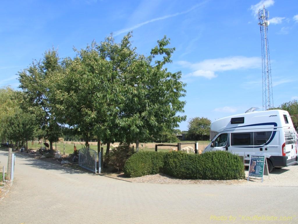 rechts unser Parkplatz neben dem Eingang