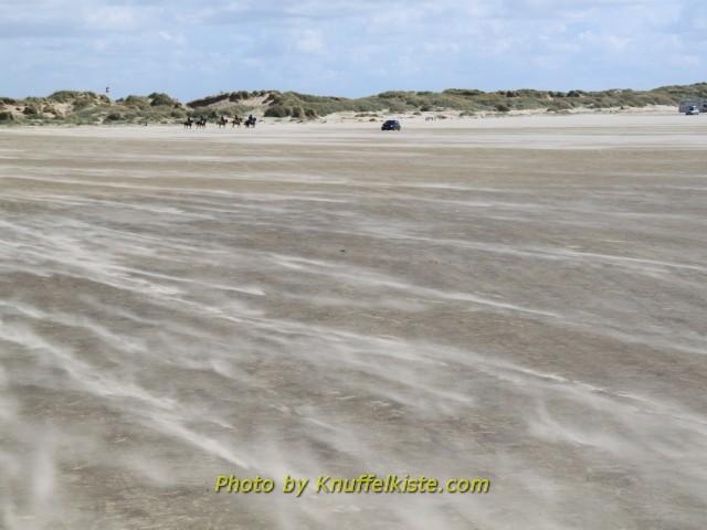 der Wind fegt über den Strand