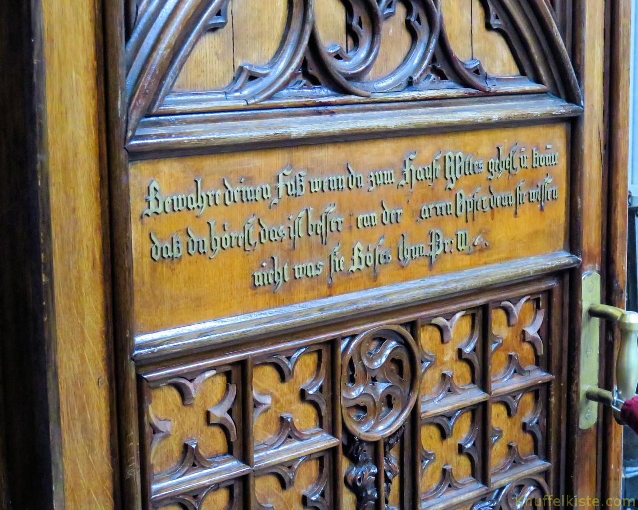 Inschrift auf der Türe der Kirche in Deutsch!