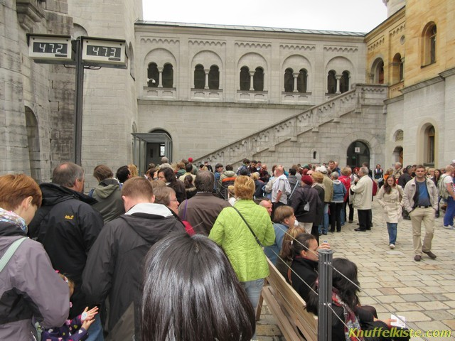 Touristen ohne Ende im Innenhof