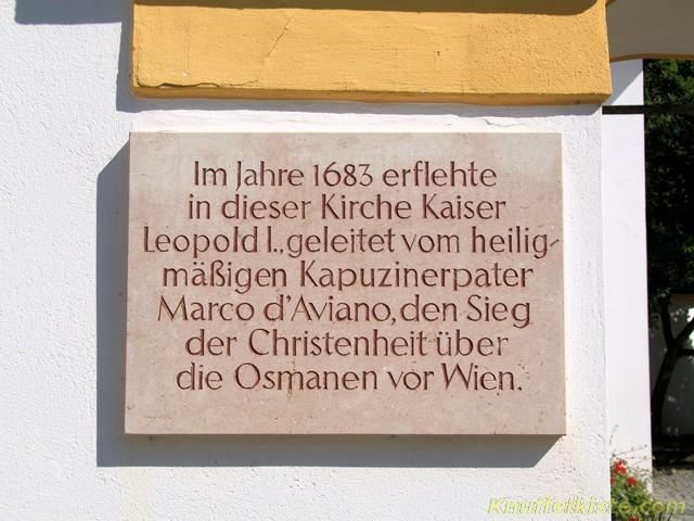 rechts vom Kircheneingang dies Schild