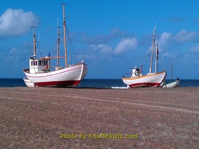 Zwei Fischerboote am Slettestrand