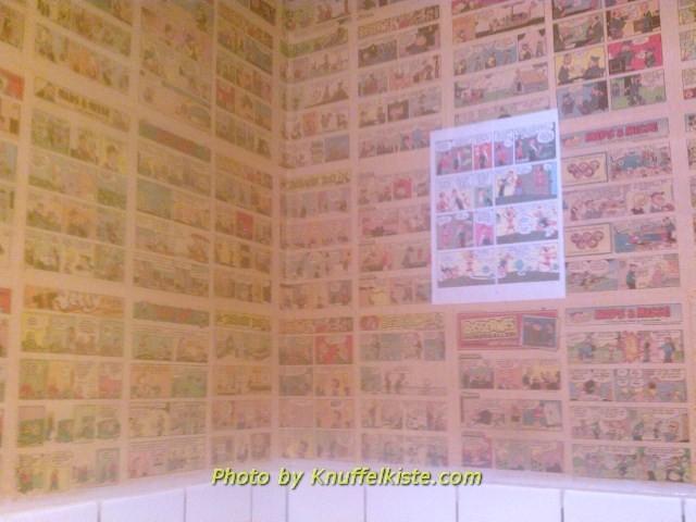 Die Toilette im Cafe,überall Comics an der Wand!