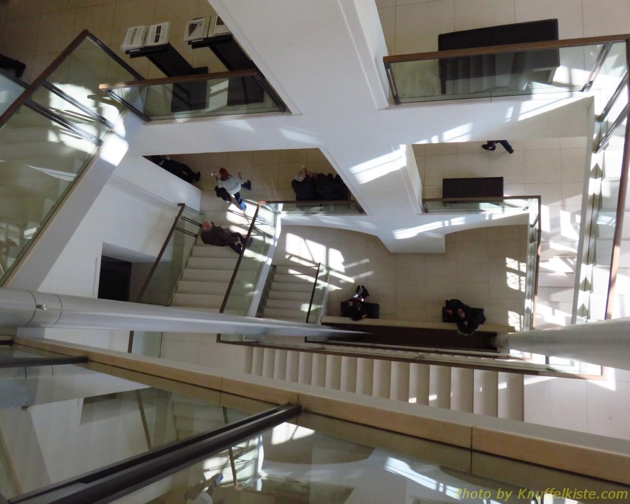 Treppenhaus von oben nach unten fotografiert