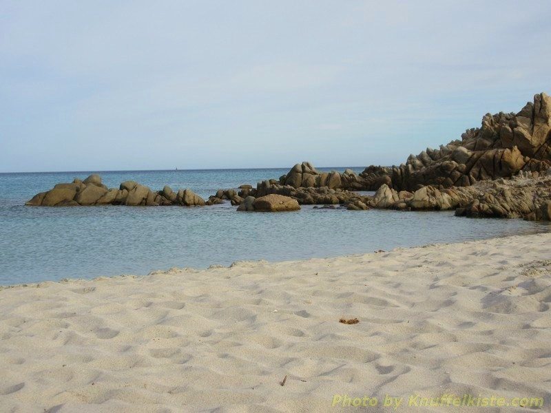 Strand mit Felsen im Meer
