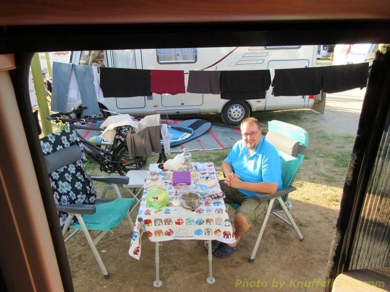 """Am Campingplatz vor der """"Knuffelkiste"""""""