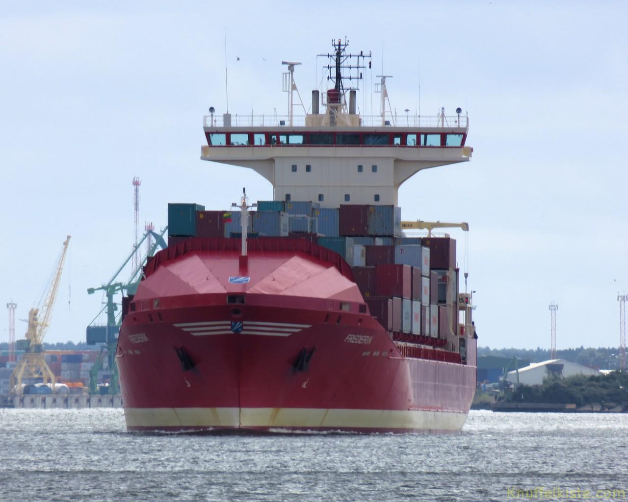 grosse Schiffe im Hafen nebenan!