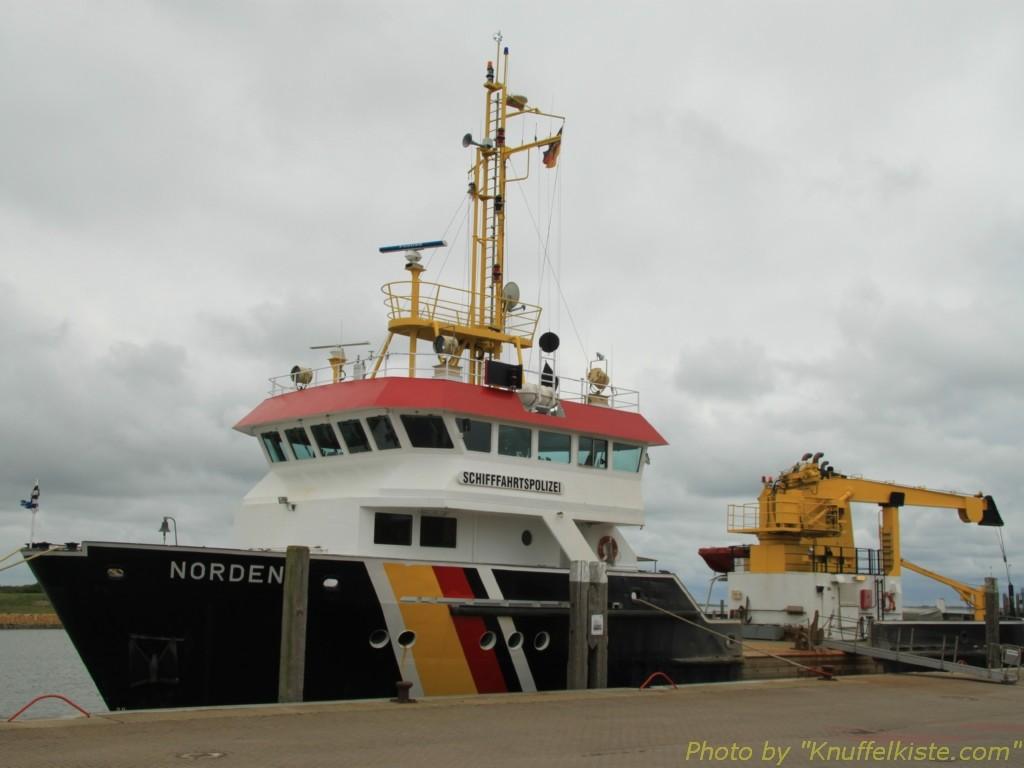 im Sportboot-Hafen ein Rettungskreuzer