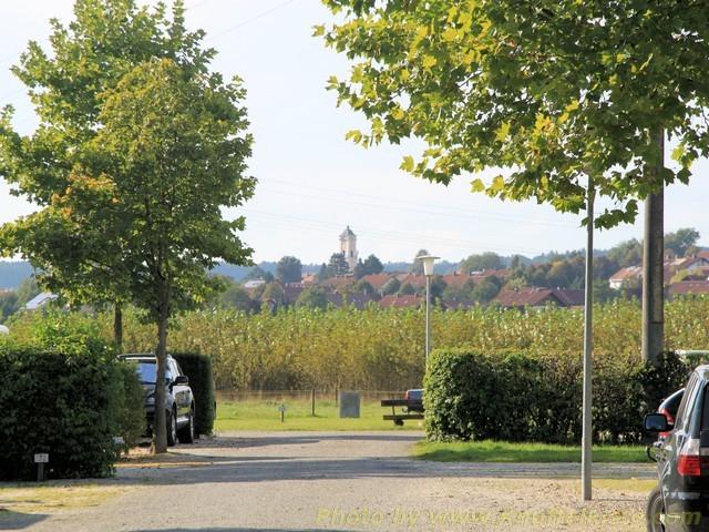 die Kirche von Bad Birnbach im Hintergrund zu erkennen