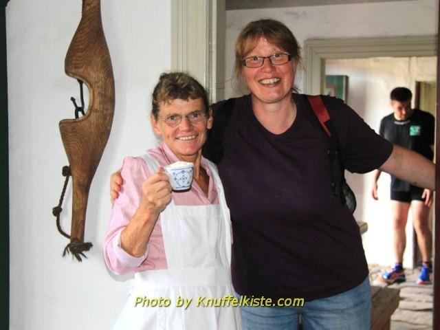 Gabi und eine Frau die in der Küche arbeitete
