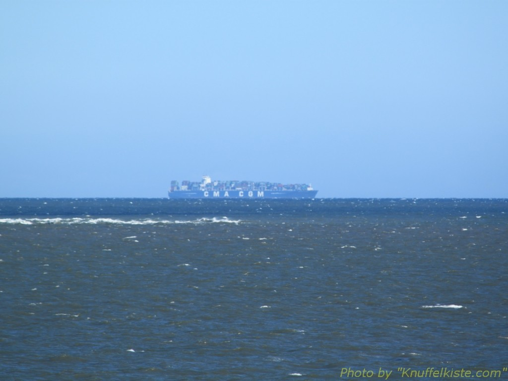 Containerschiff weit draussen