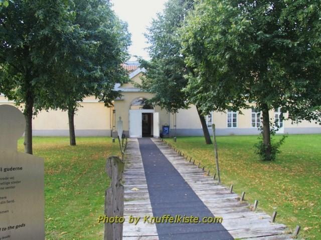 zwischen den beiden Gebäuden des Museums
