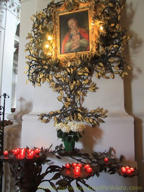 unter dem Bild der Jungfrau Maria