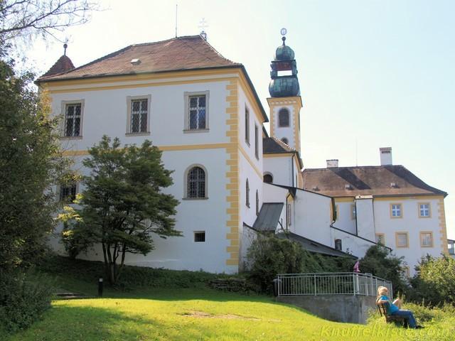 unterhalb der Kirche rechts der Aussichtspunkt!