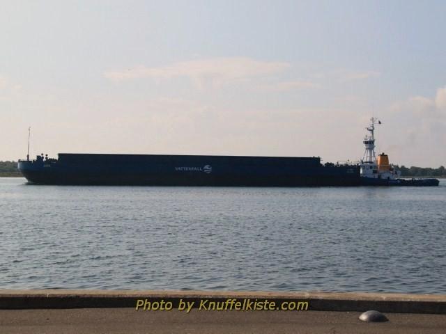 Schiff fährt vom Fjord Richtung Meer