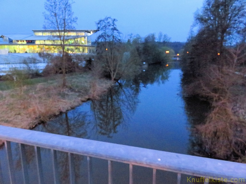 die Therme links am Abend