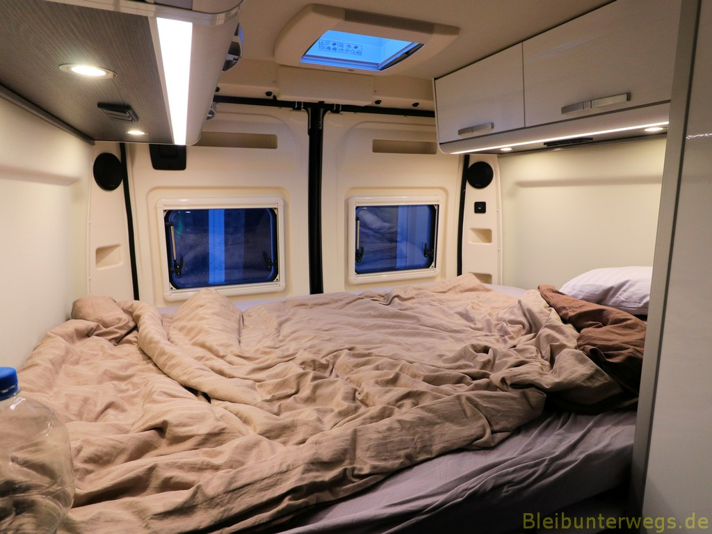 das Bett immerhin 1,97m. x 1,40m.