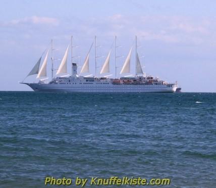 Ein Schiff fährt draußen vorbei