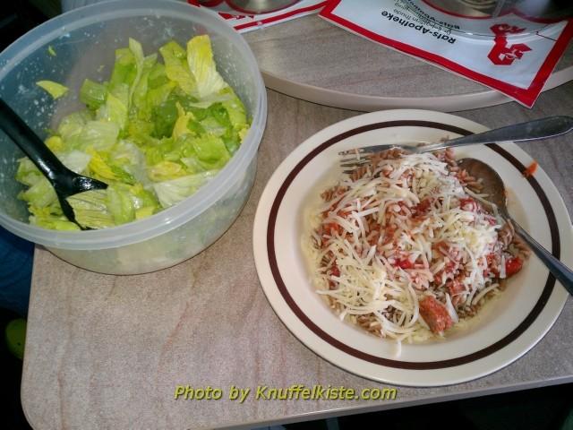 Abendessen Tag 3-Würstchengulasch mit Nudeln und Käse,Eisbergsalat