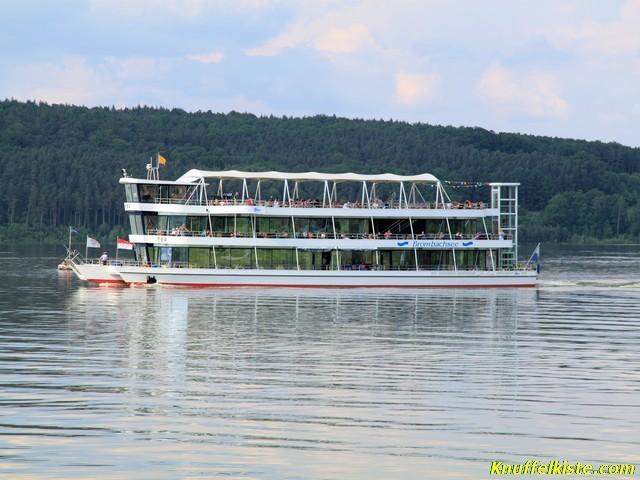 Das Ausflugsschiff auf dem See