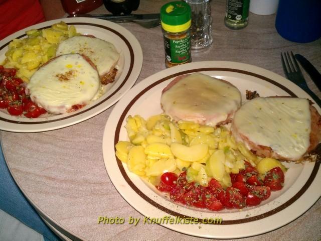 Heutiges Abendessen-Büchsenwurst überbacken mit Kartoffel- und Tomatensalat