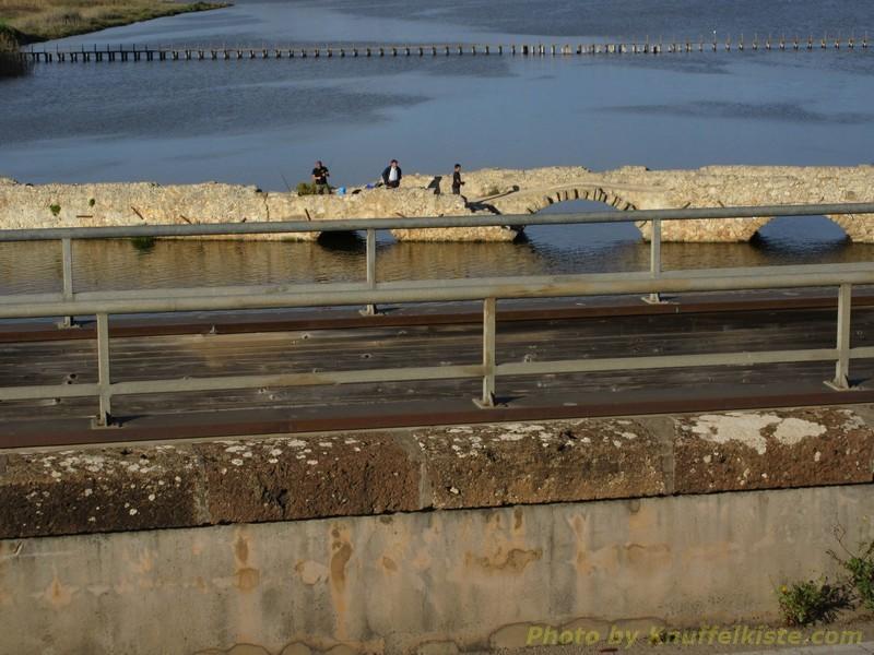 die alte Römerbrücke mit Anglern