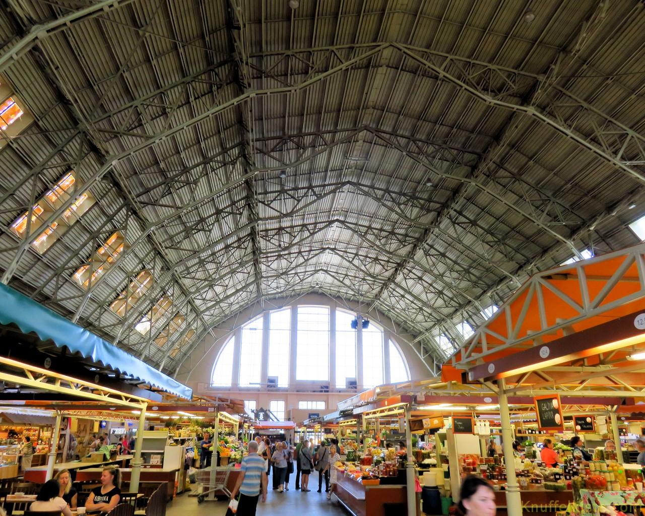 Innenansicht einer Markthalle