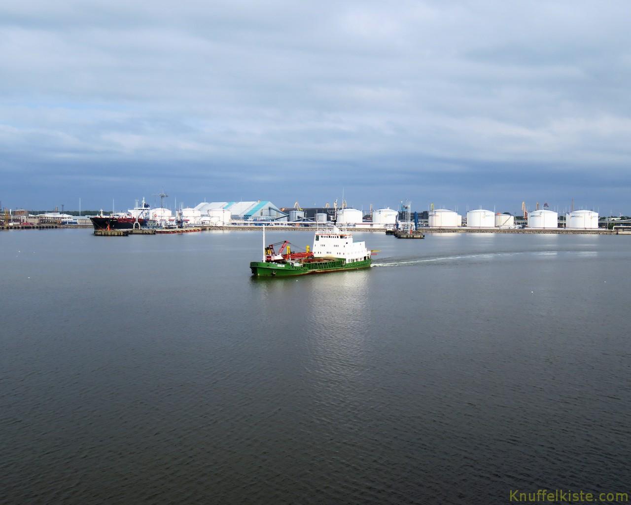 der Hafen von Ventspils kommt in Sicht