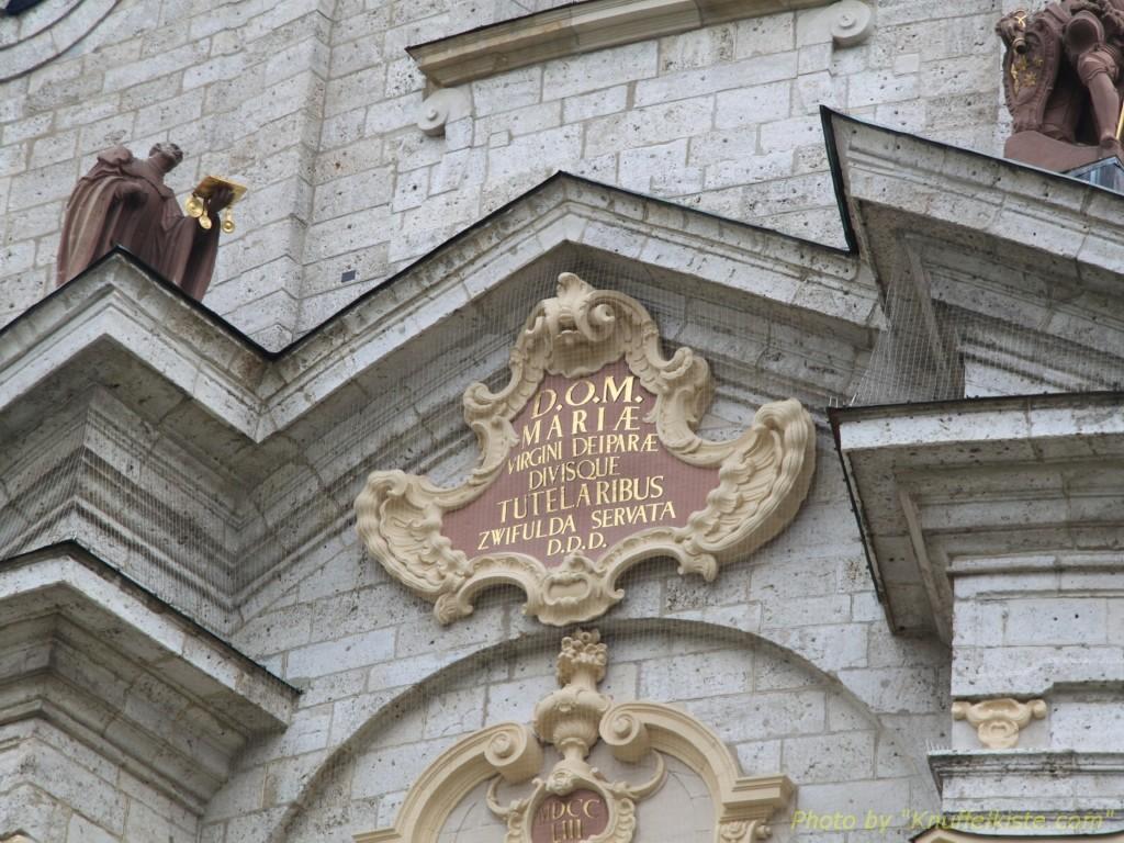 Inschrift über dem Eingangsportal
