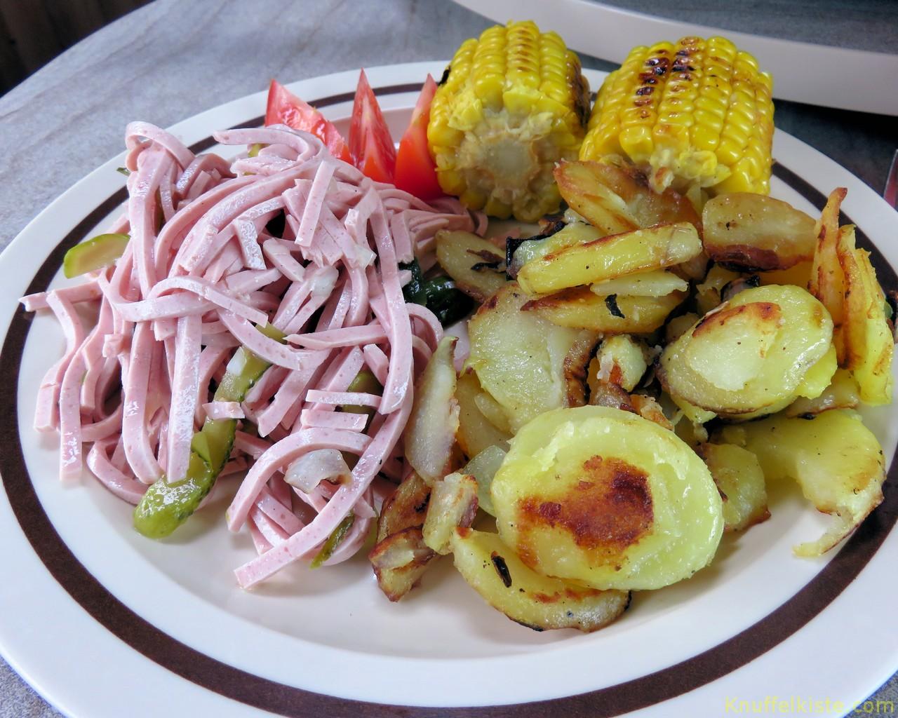 Bratkartoffel und Wurstsalat