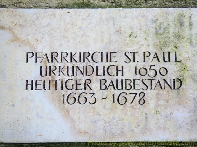 Tafel an der Kirchenmauer