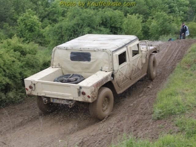 Hummer H2 von hinten auf dem Rundkurs