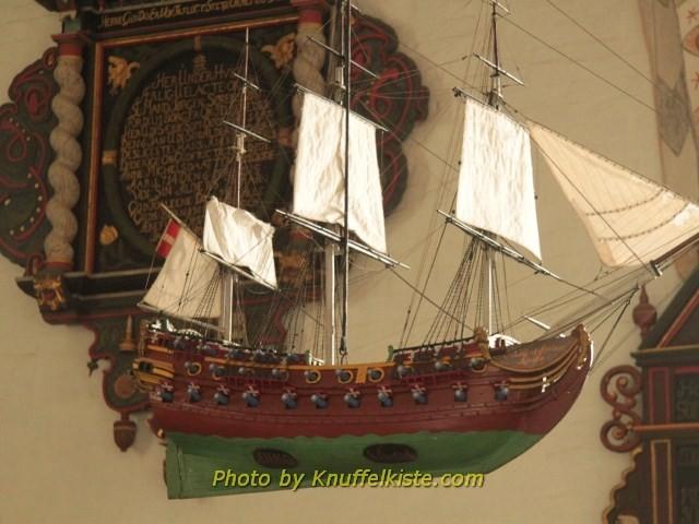Schiffsmodell unter der Decke hängend