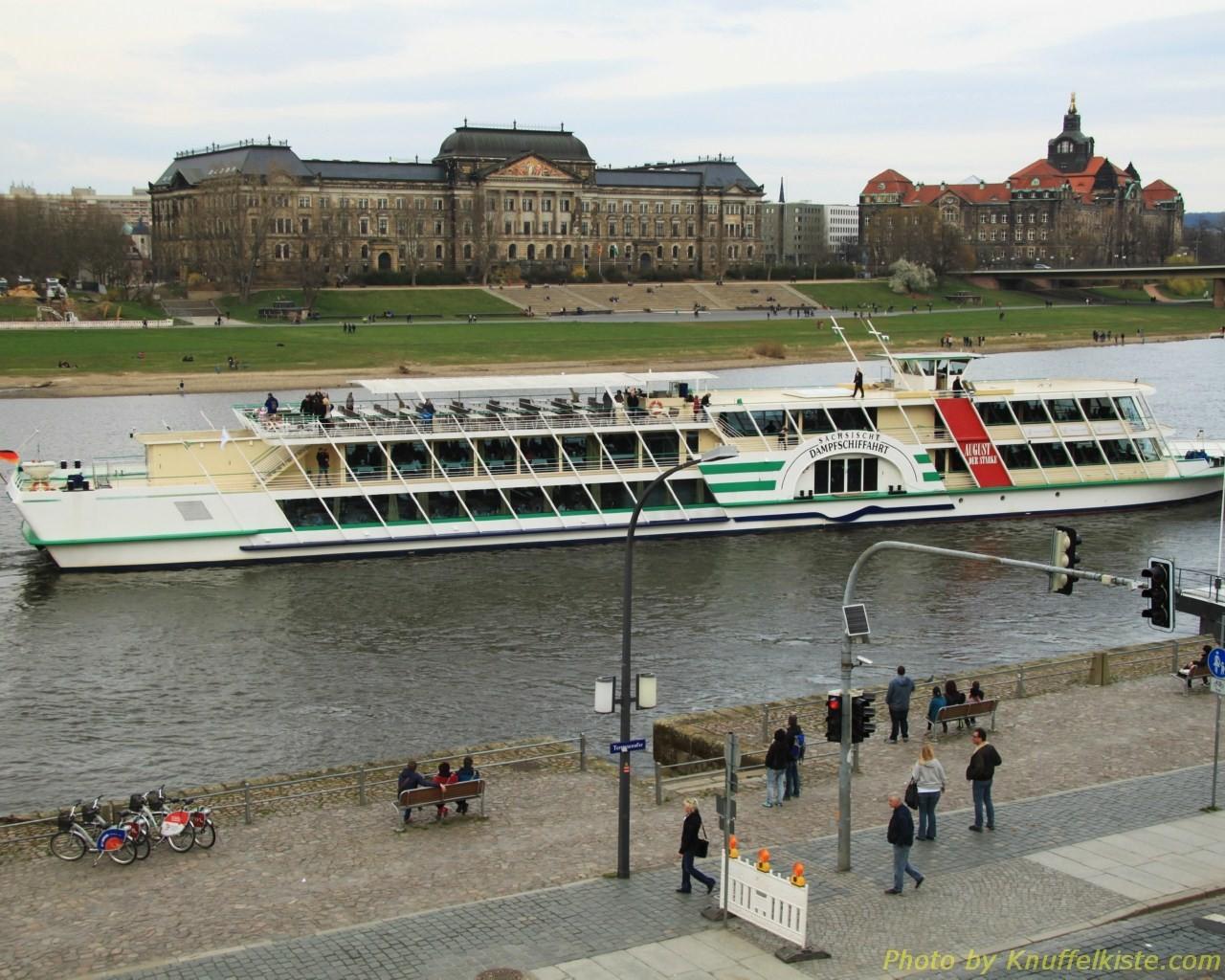 An der Elbe beim Schiffsanleger