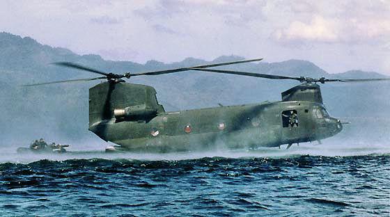 Cinknok-Hubschrauber auf dem Wasser