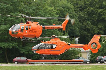 """Der letzte Dienstflug für die """"in die Jahre gekommene"""" BO105 CBS-5 (in der Luft), die gestern vom modernen Eurocopter 135T2+ abgelöst wurde.]"""