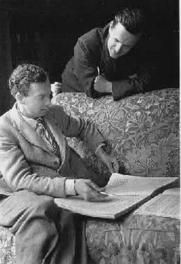 Benjamin Britten und Peter Pears beim Partiturstudium
