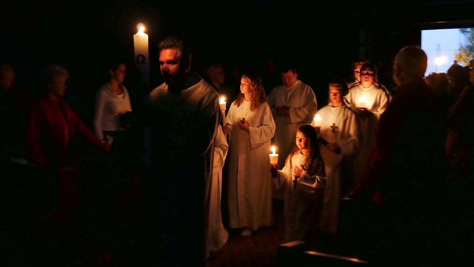 Ostersonntag, Auferstehungsfeier. Einzug mit Lumen Christi.