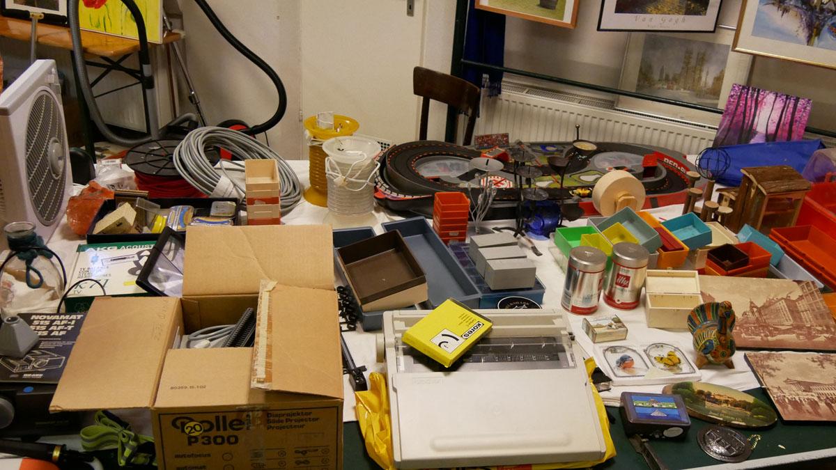 Schreibmaschine, Diaprojektor, Kunststoff Stapelbehälter, Untersetzer, etc.